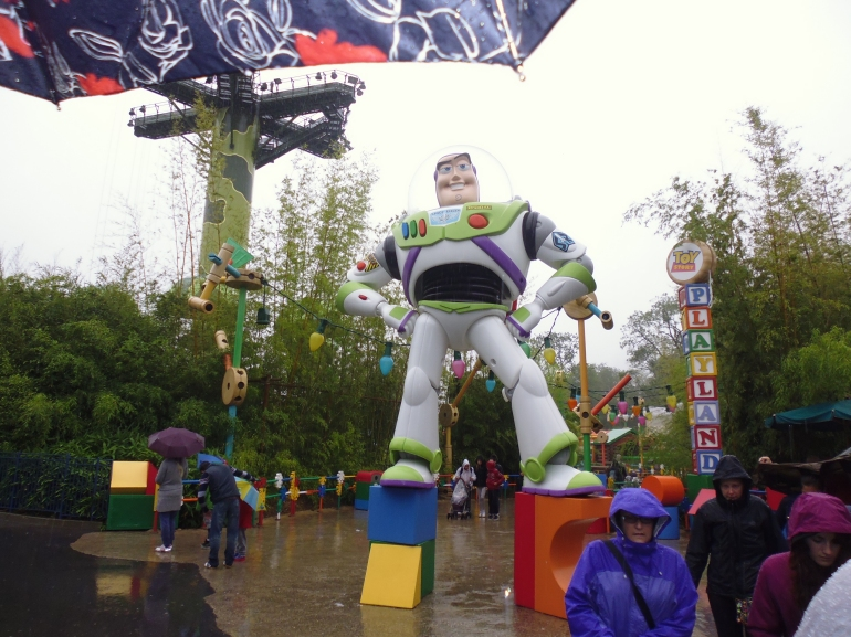 Buzz Lightyear towering over everybody in Toy Story Land